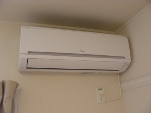 Reverse cycle air-conditioning. Heats in winter, cools in summer. Instructions in Japanese, help provided if needed.